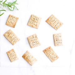 Rosemary Sesame Rice Crackers Recipe / @spotebi
