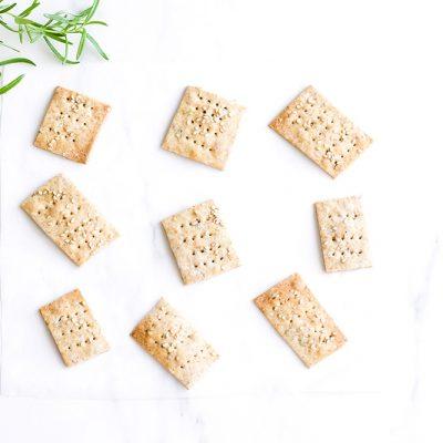 Rosemary Sesame Rice Crackers Recipe / @spotebi