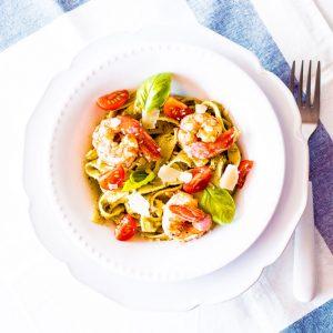 20-Minute Pesto Shrimp Pasta Recipe / @spotebi