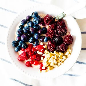 Berry & Quinoa Breakfast Power Bowl Recipe / @spotebi