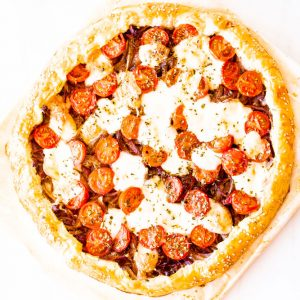 Roasted Tomato & Caramelized Onion Tart with Melted Mozzarella Recipe / @spotebi